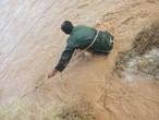 شاهد... عملية انقاذ أشخاص من جنسية عربية  حاصرت مركبتهم مياه السيول في شرق المملكة