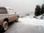في حدث شديد الندرة في شهر نوفمبر .. الثلوج تتساقط في غير وقتها على قمة جبل شمس في سلطنة عُمان