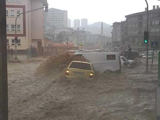 وفاة ثلاثة أشخاص في فيضانات وسيول العاصمة التركية أنقرة