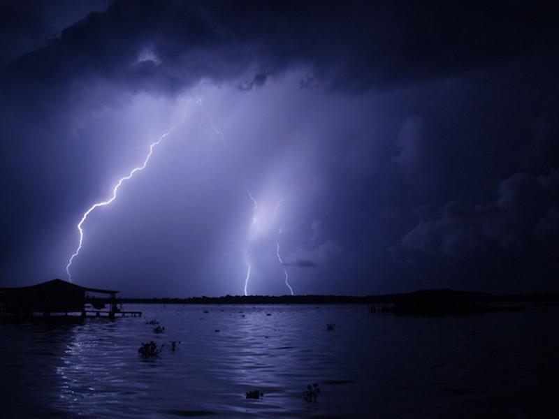 تُقدر عدد ضربات البرق التي تُنتجها العاصفة الواحدة بـ 280 ضربة في الساعة