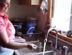 شاهد ماذا يحدث عندما تختلط مياه المنازل بالغاز الصخري