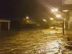 مشهد مرعب لسيل جارف يداهم المباني في الباحة
