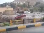 بالفيديو: سيول قوية تجرف عدداً من السيارات في الشونة الشمالية