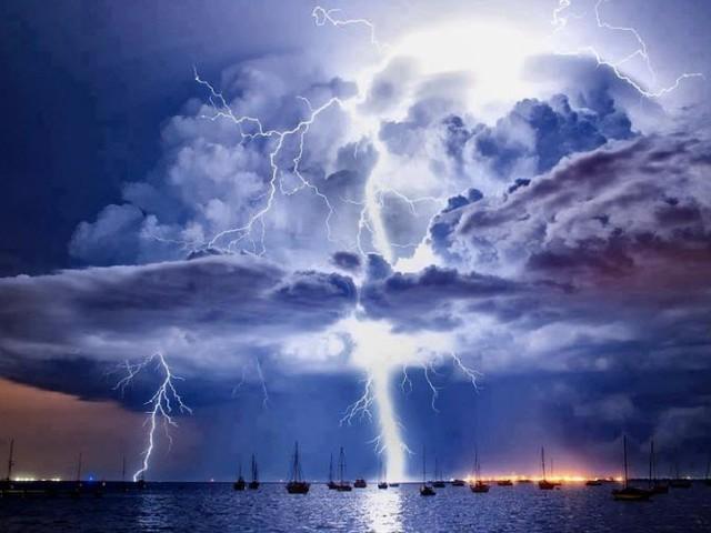 الطقس حول العالم   عواصف رعدية قوية تؤثر على وسط وشرق القارة الأوروبية
