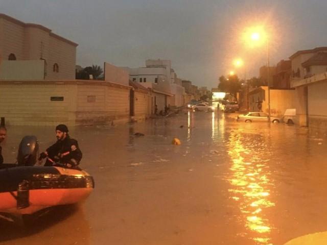 نجران | الدفاع المدني ينقذ 4 عائلات و18 شخصًا من أمطار و سيول نجران