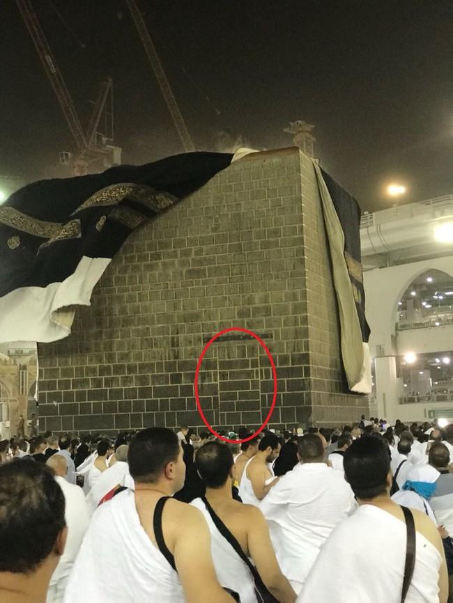 445fdc6d2 تعرف على سر باب الكعبة المغلق الذي كشفت عنه عاصفة مكة | طقس العرب