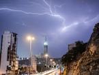 عاجل | بث مُباشر للأمطار والبروق الان في سماء الحرم المكي الشريف في مكة المكرمة