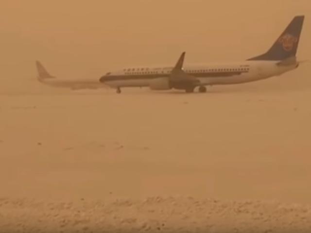 الثلوج الكثيفة تحاصر 5 آلاف راكب بمطار في الصين