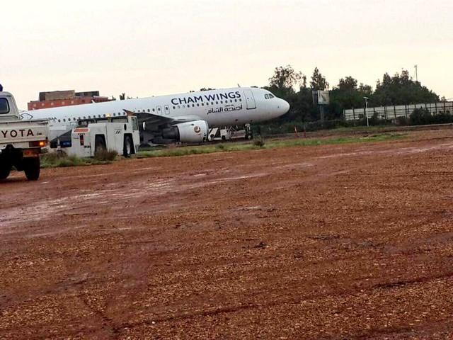 بسبب الأمطار.. إغلاق مطار الخرطوم أمام حركة الطيران بعد خروج طائرة عن المدرج لحظة هبوطها