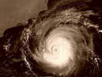 اعصار شابالا يجلب الأمطار الغزيرة والرياح العاتية الاحد والاثنين لظفار والوسطى .. ومركز الاعصار يقترب ليلة الأحد/الاثنين